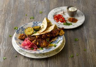 Die indische Küche mit dem passenden Geschirr präsentieren